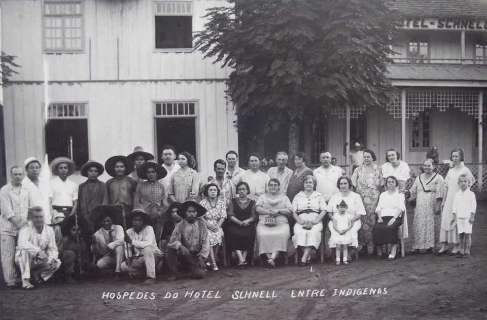 Iraí - Hóspedes do Hotel Schnell entre indígenas.