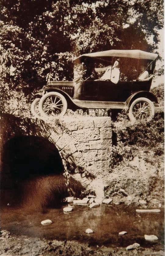 Santa Cruz - Automóvel cruzando ponte colonial(acervo Jonas Cervi Luzzani)  déc1920