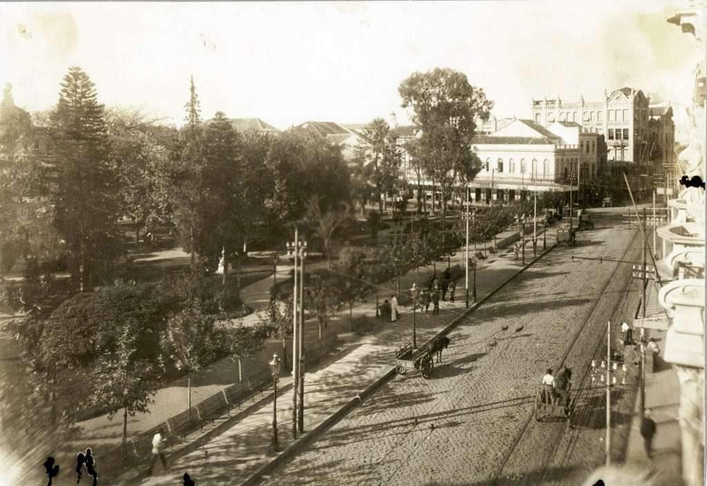 Porto Alegre - Praça da Alfândega e Cinema Central na década de 1910.