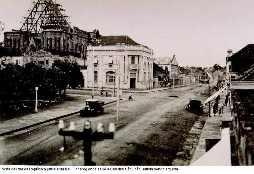 Santa Cruz do Sul - Rua da República e Catedral São João Batista.