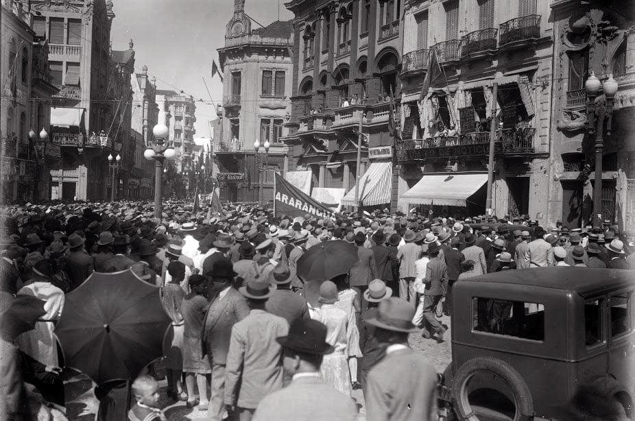 Porto Alegre - Rua General Câmara(popular Ladeira) durante manifestantes da revolução de 1930.