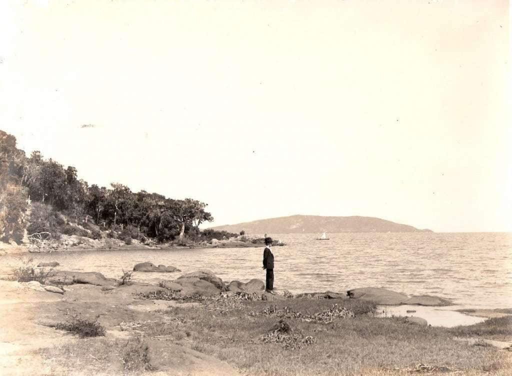 Porto Alegre - Homem observando o Guaíba.