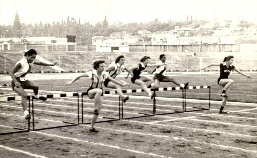 Porto Alegre - Campeonato Citadino de Atletismo Feminino - Corrida com barreiras em 1956.