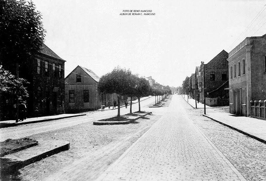 """Caxias do Sul - Trecho da antiga rua Silveira Martins, conhecida também como """"rua grande"""" (atual Avenida Júlio de Castilhos) em 1947."""