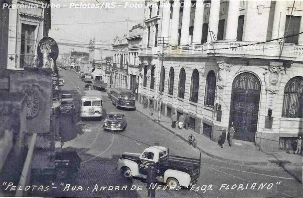 Pelotas Rua Andrade Neves esquina Floriano Peixoto na década de 1950.