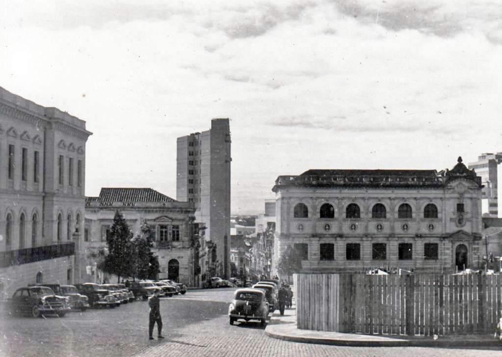 Porto Alegre - Rua General Câmara (antiga Rua da Ladeira) Teatro São Pedro na década de 1950.