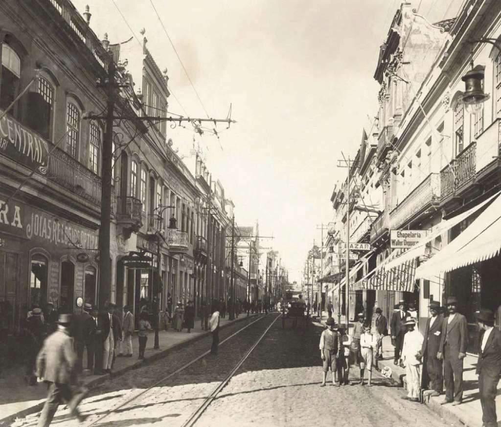 Porto Alegre - Rua dos Andradas esquina com Rua Marechal Floriano na década de 1910.