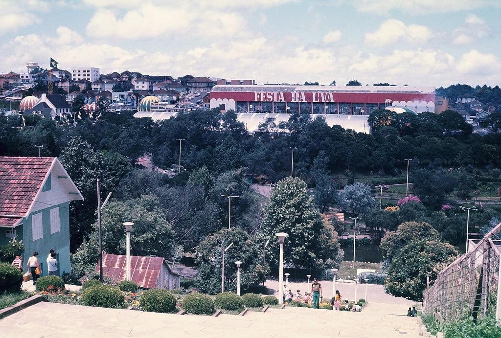 Caxias do Sul - Pavilhão da Festa da Uva, escadarias Parque dos Macaquinhos e Rua Os Dezoito do Forte em fevereiro de 1972.