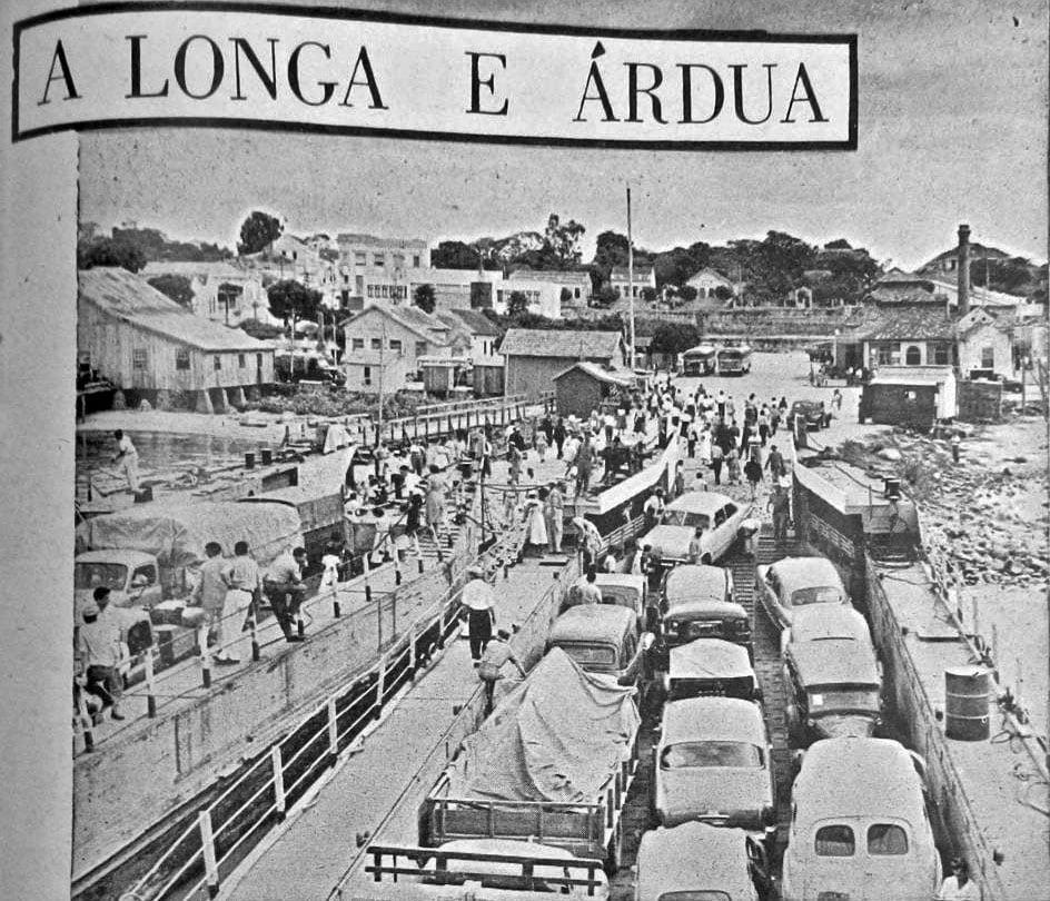 Porto Alegre Travessia de barcas para Porto Alegre na década de 1950.