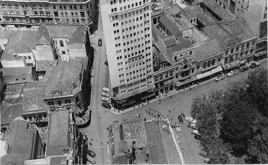 Porto Alegre - Aérea do Largo dos Medeiros, Rua da Praia(Andradas) esquina Genera Câmara na década de 1950.