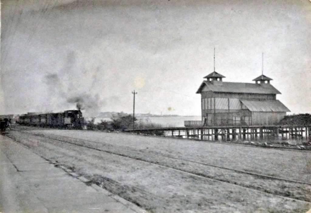 Porto Alegre - Avenida Praia de Belas  e trem passando perto do Clube de Regatas no início do século XX.