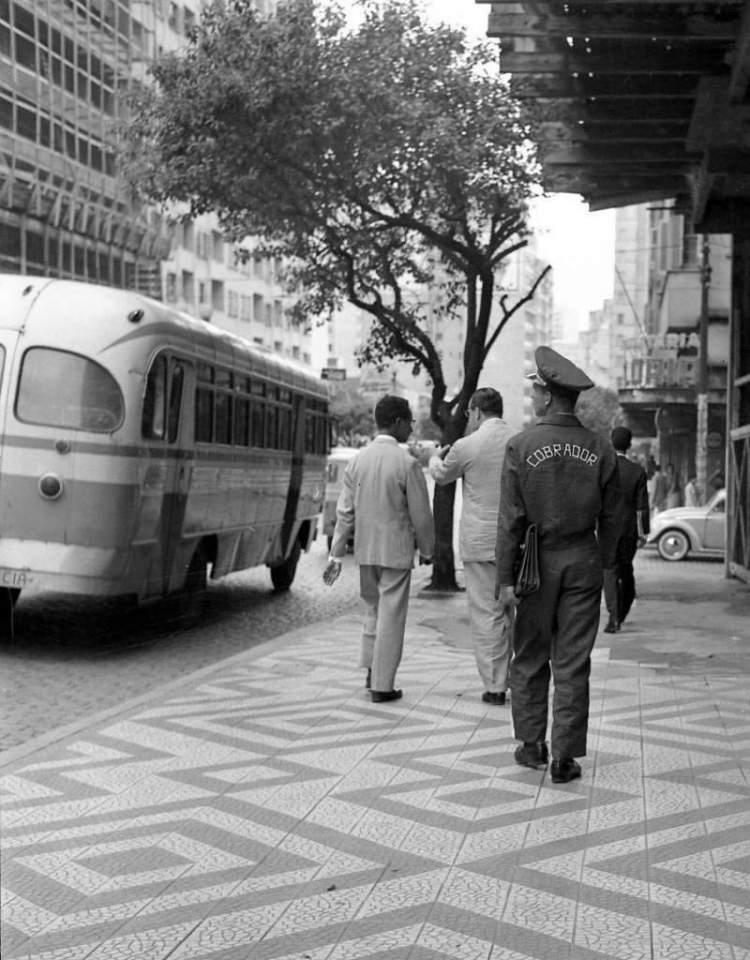 Porto Alegre - Cobrador na Rua Salgado Filho na década de 1960.