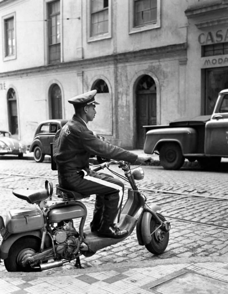 Porto Alegre - Cobrador em Lambreta na década de 1960.