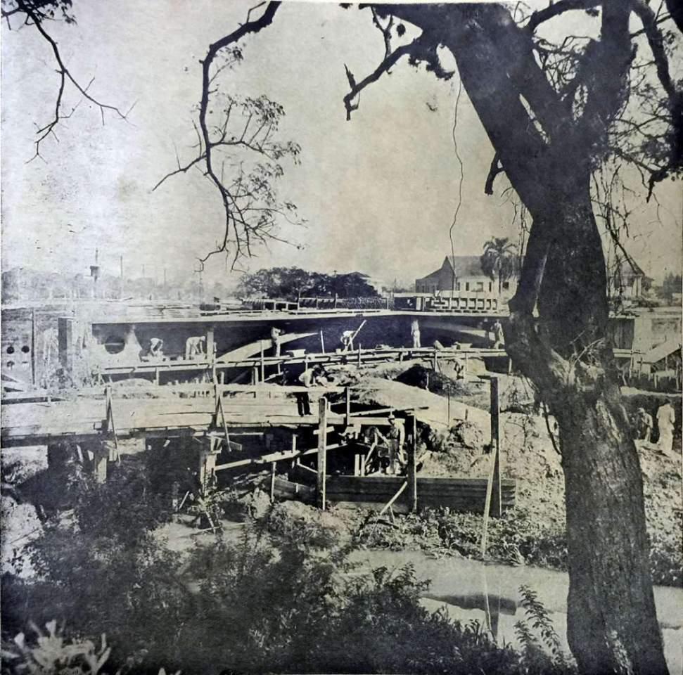 Porto Alegre - Construção da ponte sobre Arroio Dilúvio na Avenida Getúlio Vargas na década de 1930.