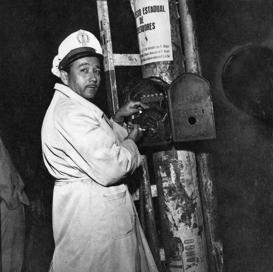 Porto Alegre - Guarda operando manualmente uma sinaleira na década de 1960.