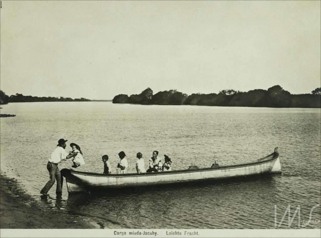 Porto Alegre - Homem desembarcando crianças no início do século XX.