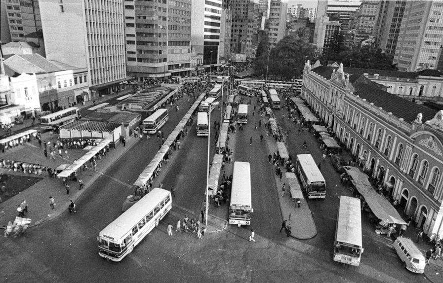Porto Alegre - Praça Parobé e ponto de ônibus na década de 1980.