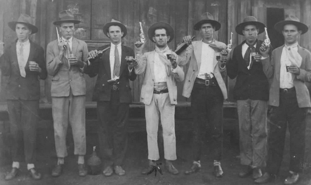 Tapejara - Festa da colônia em Vila Maria Severino De Bastiani (ao centro) e amigos na década de 1940.