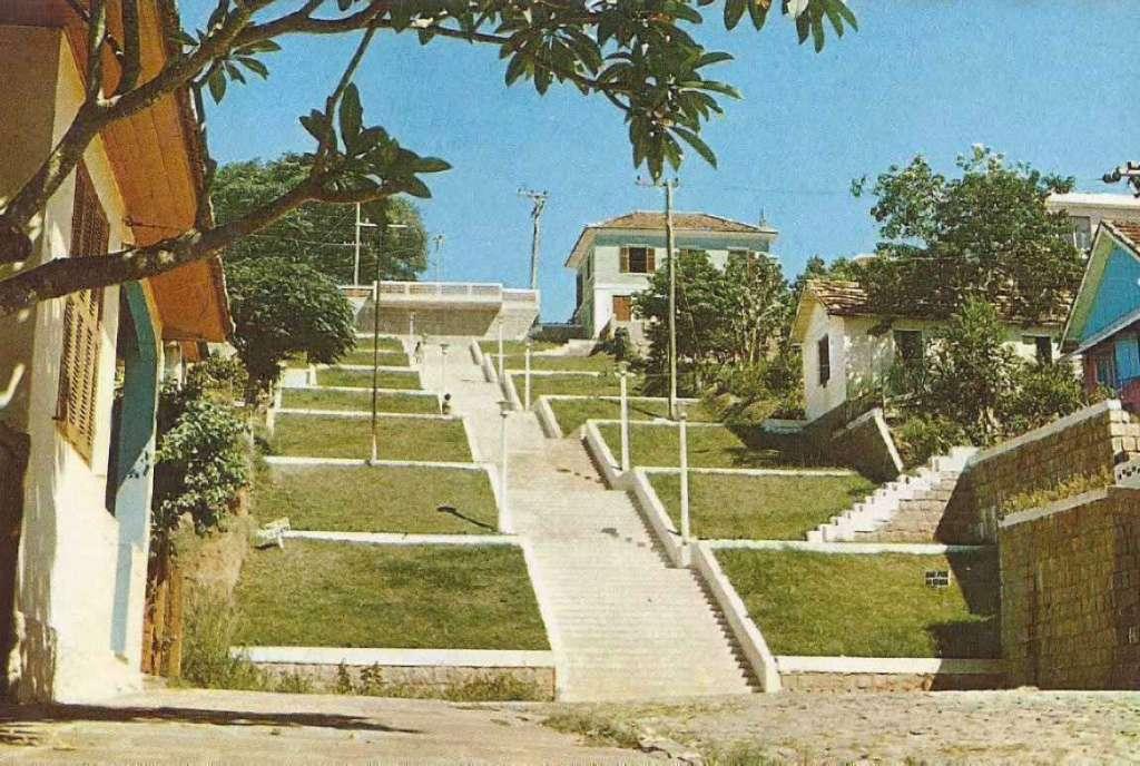 Guaíba - Postal da escadaria da Rua 24 de outubro na década de 1970.