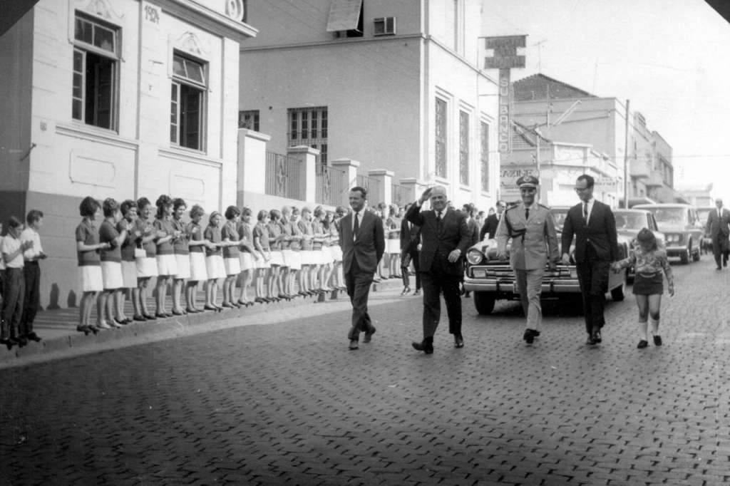 Lajeado - Autoridades desfilando em 1966. Fonte:acervo Felipe Bouvie.