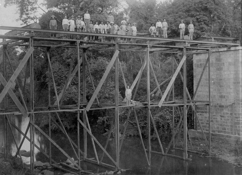 Lajeado - Contrução de ponte na década de 1930. Fonte: acervo Felipe Bouvie.