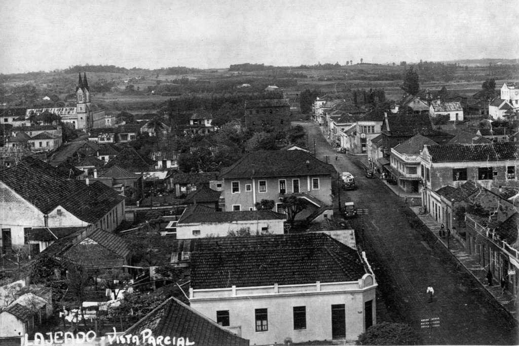 Lajeado - Vista Parcial com Igreja na década de 1950.