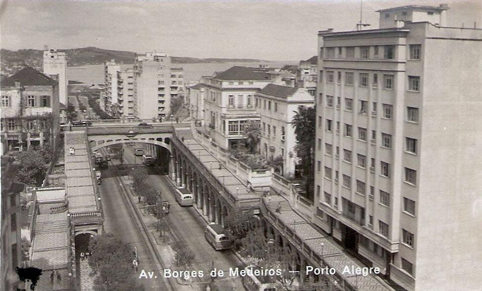 Porto Alegre - Avenida Borges de Medeiros e Viaduto Otávio Rocha na década de 1960.