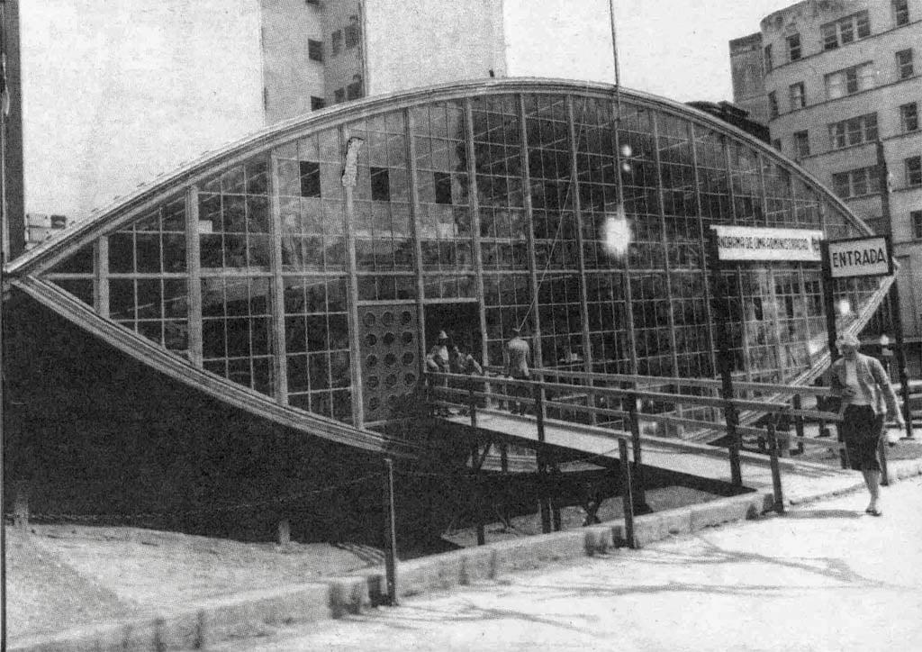 Porto Alegre - Mata Borrão na esquina da Avenida Borges de Medeiros com Rua Andrade Neves na década de 1960.