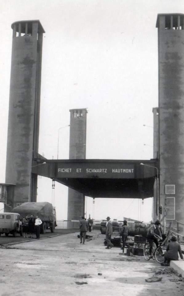 Porto Alegre - Postal da construção da ponte Getúlio Vargas(Guaíba) na  década de 1950.