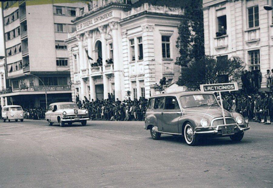 Santa Maria - Desfile de veículos na década de 1960.