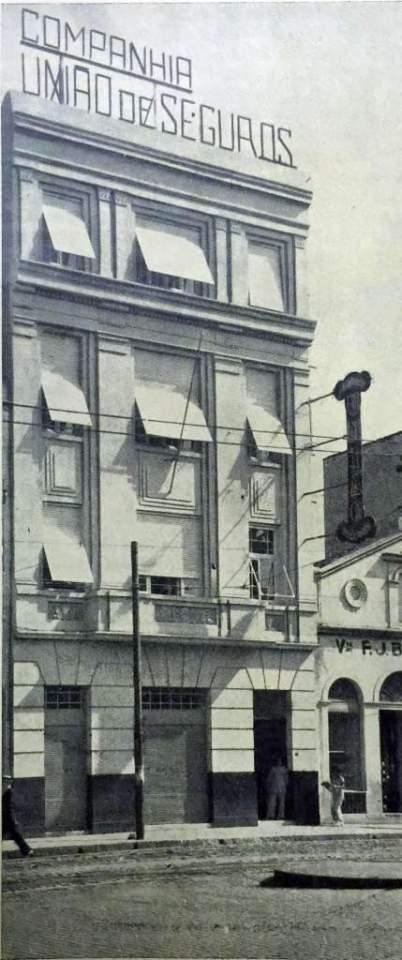 Porto Alegre - Companhia União de Seguros Marítimos e Terrestres na Praça Montevidéo no início do século XX.