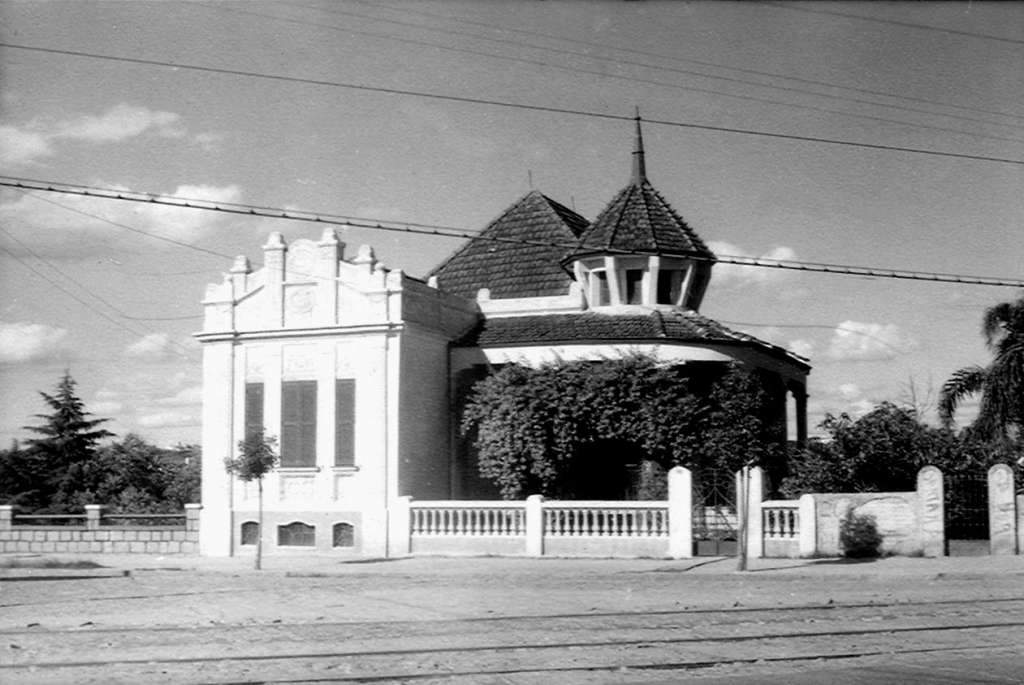 Porto Alegre - Mansão na Avenida Bento Gonçalves na década de 1950. Fonte: acervo Laudelino Medeiros.