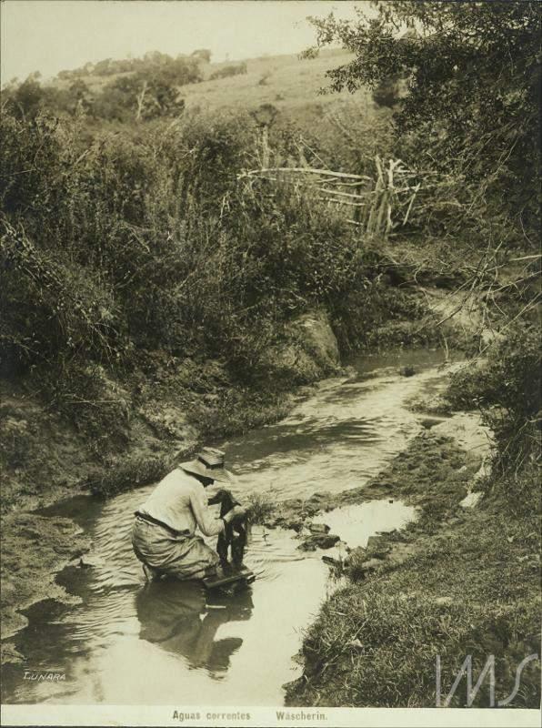 Porto Alegre - Águas correntes, senhora lavando roupa em 1910. Fonte: foto Lunara.