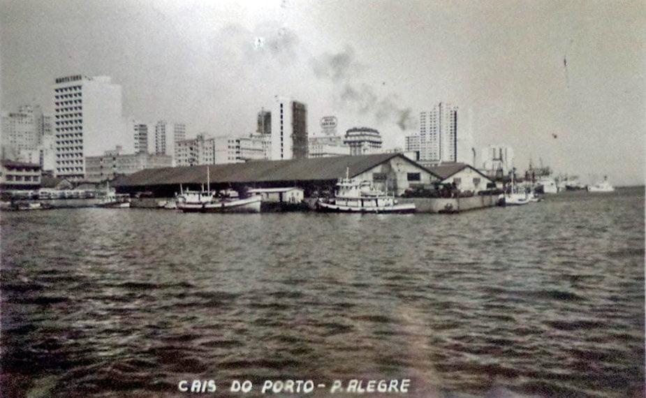 Porto Alegre - Postal do cais visto do Guaíba na década de 1950.