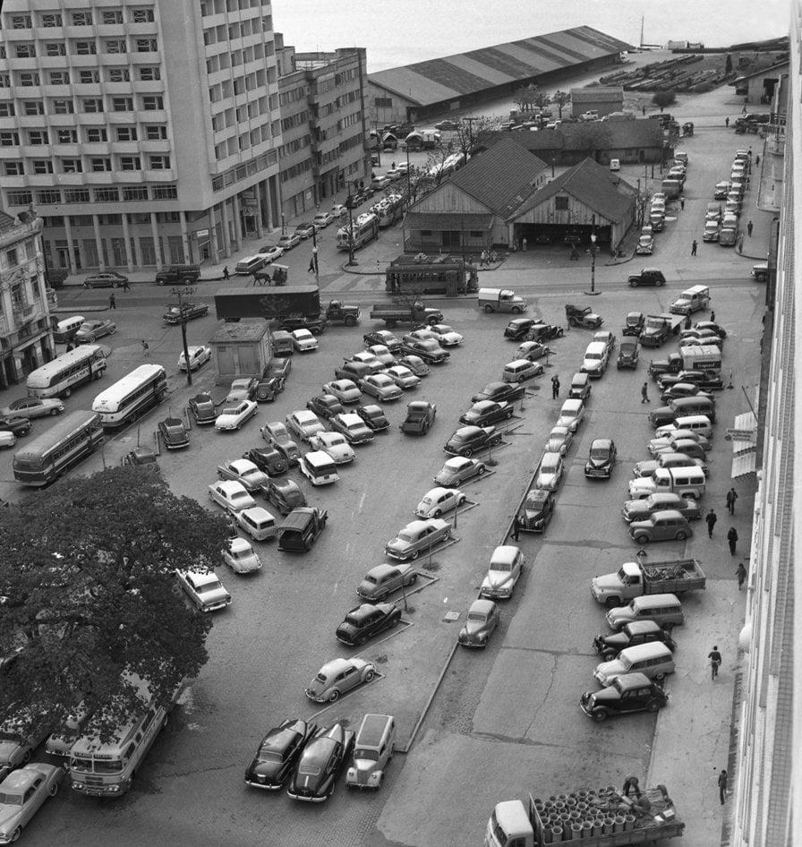 Porto Alegre - Praça Rui Barbosa entre Av Mauá e Júlio de Castilhos - Galpões de madeira da   sede da Estação Central do Corpo de Bombeiros em 1960.