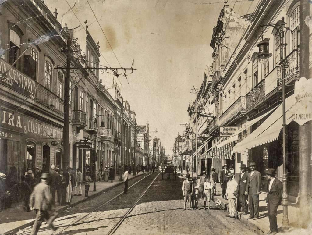 Porto Alegre - Rua dos Andradas(antiga Rua da Praia) esquina com Rua Marechal Floriano na década de 1890.
