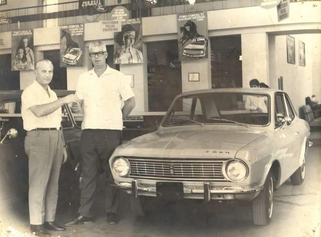 Encantado - Entrega de Ford Corcel na Cia de Automóveis Guido Cé em 1971. Fonte: acervo pessoal de Hamilcar Cé.