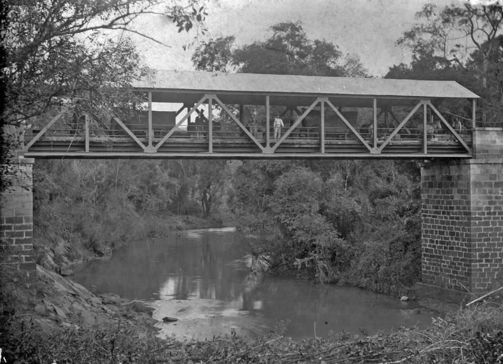 Lajeado - Ponte e Carroças puxadas a bois na década de 1930. Fonte: acervo Felipe Bouvie.