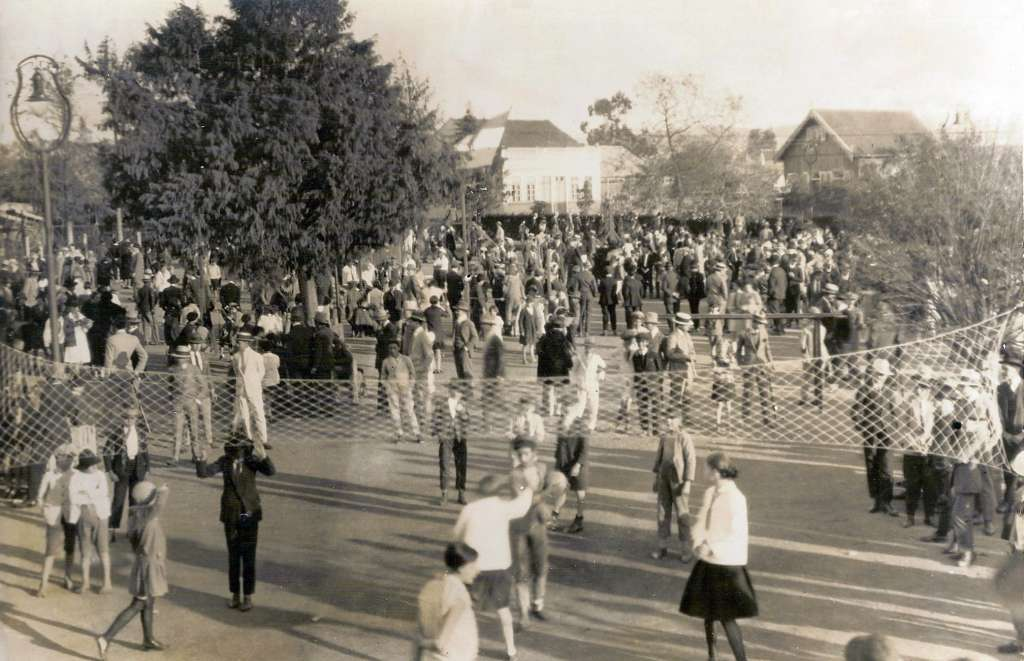 Porto Alegre - Praça Florida e jogo de volei em 1920.