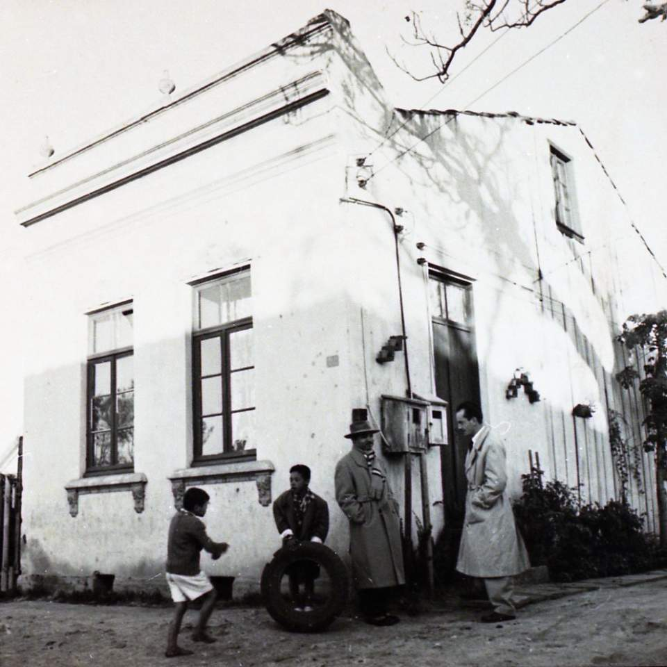Porto Alegre - Travessa Batista na IIhota - Lupicínio Rodrigues(casa onde nasceu) com Hamilton em 1952. Fonte: acervo Pedro Flores.