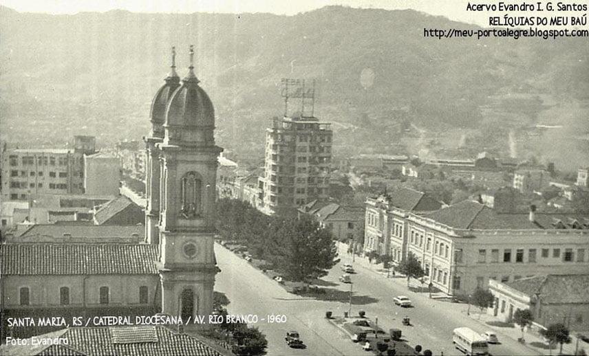 Santa Maria - Foto inédita do Edifício Mauá com o famoso anuncio em neon da Cyrillinha na década de 1950.