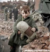 Inglaterra Londres Criança abandonada segurando um urso de pelúcia 1945