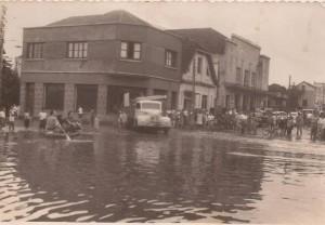 Lajeado Enchente esquina Av Benjamin Constant com Rua Marechal Deodoro. O prédio à direita é o antigo Cine Avenida(acervo Ageu Kehrwald) 1965