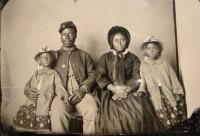 EUA A única foto conhecida de um soldado negro que lutou na guerra civil americana junto de sua família 1863