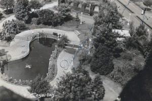 Carazinho Nossa atual Praça Albino Hillebrand. Perceba a ornamentação dessa e como é diferente de hoje. Foto de 1949, Arquivo do Museu Olívio Otto
