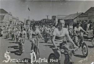 Carazinho Semana da Pátria, em 1949.  Avenida Flores da Cunha, perceba a direita a ourivesaria que ainda existe! ~Arquivo do Museu Olívio Otto
