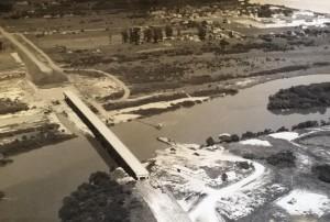 Charqueadas Construção ponte de acesso à cidade(acervo Pedro Manoel Vinadé) 02-1973
